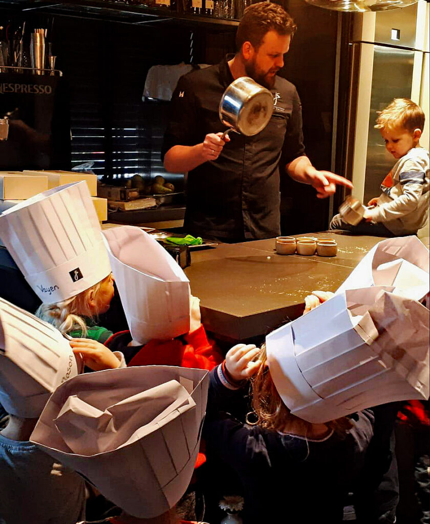 Jan Smink sluit thema eten en drinken af met kinderen van Kinderopvang de Kinderkei uit Wolvega