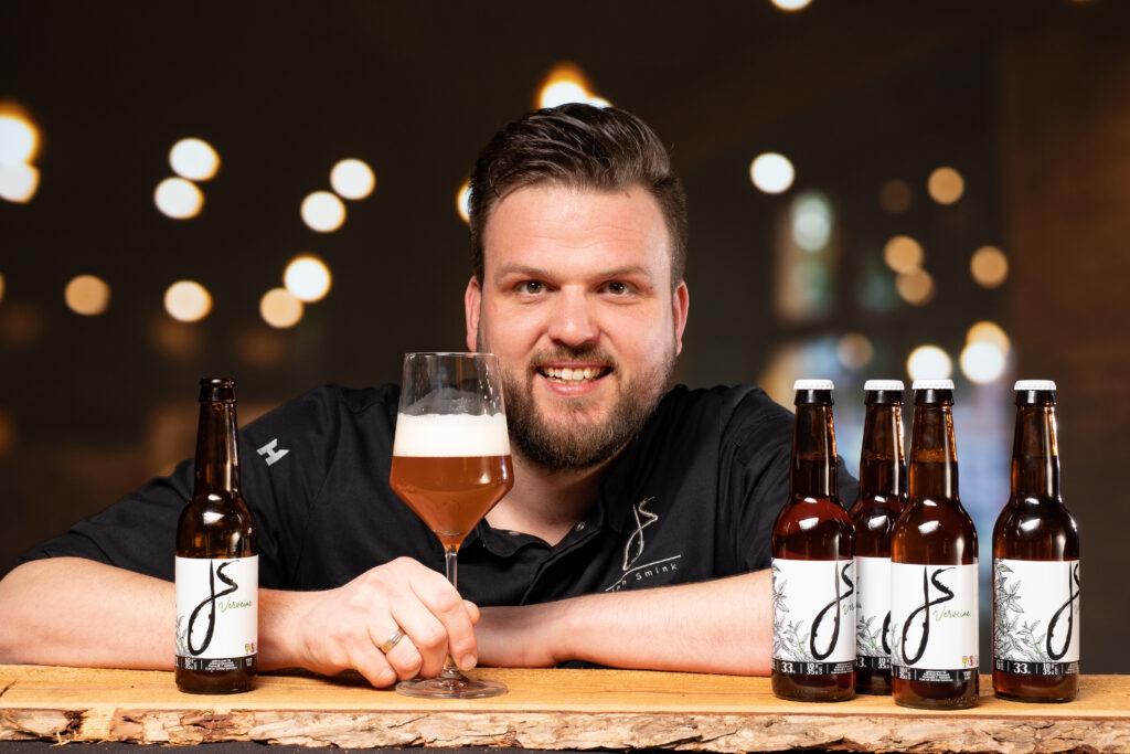 Jan Smink met eigen bier uit Wolvega